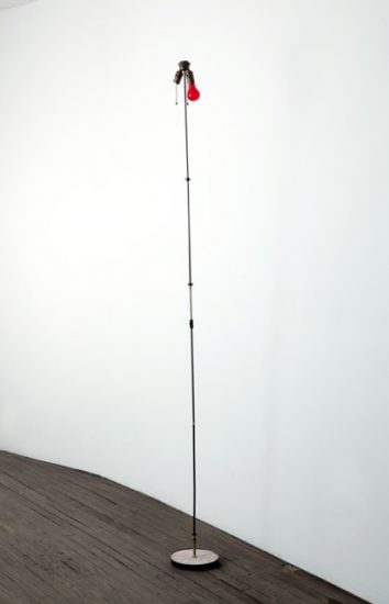 Andy Coolquitt, o^r, 2009, Steel, light bulb (Courtesy the artist and INVISIBLE-EXPORTS, New York)